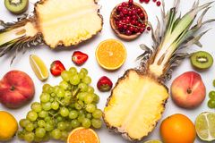 Tropikalna owoc i jagody na bielu Fotografia Stock