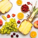 Tropikalna owoc i jagody na bielu Obraz Stock