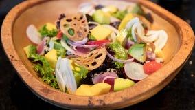 Tropikalna owoc i organicznie warzywa sałatkowi zdjęcia stock