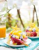 Tropikalna owocowa sałatka w pitahaya, mango, smoków owocowi puchary z szkłem sok Obrazy Royalty Free