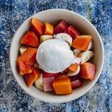 Tropikalna owocowa sałatka z lody Obrazy Royalty Free