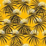 Tropikalna palma opuszcza sylwetkę na żywym żółtym tle a Zdjęcia Royalty Free