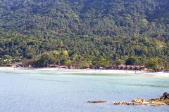 Tropikalna piasek plaża, kokosowi drzewka palmowe i woda morska w wyspy Koh Phangan, Tajlandia Zdjęcie Stock