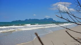 Tropikalna piaskowata plaża przy Krabi, Tajlandia Obraz Royalty Free