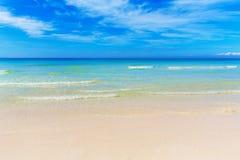 Tropikalna plaża i piękny morze Niebieskie niebo z chmurami w półdupkach Fotografia Royalty Free