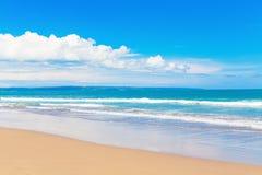 Tropikalna plaża i piękny morze Niebieskie niebo z chmurami w półdupkach obraz royalty free