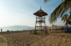Tropikalna plaża i ratownik górujemy zdjęcie royalty free