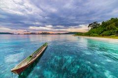 Tropikalna plaża, morze karaibskie, kajakowy unosić się na przejrzystej turkus wodzie, dalekie Togean wysp Togian wyspy, Sulawesi Obraz Stock