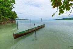 Tropikalna plaża, morze karaibskie, kajakowy unosić się na przejrzystej turkus wodzie, dalekie Togean wysp Togian wyspy, Sulawesi Zdjęcie Royalty Free