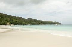 Tropikalna plaża przy Seychelles - natury tło Zdjęcia Stock