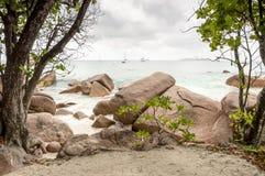 Tropikalna plaża przy Seychelles - natury tło Zdjęcia Royalty Free