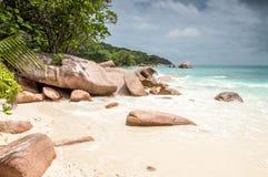 Tropikalna plaża przy Seychelles - natury tło Obrazy Stock
