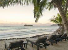 Tropikalna plaża przy zmierzchem zdjęcia royalty free