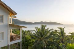 Tropikalna plaża przy zmierzchem obraz stock