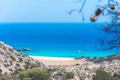 Tropikalna plaża Tripiti przy południowym punktem Gavdos wyspa zbyt Europa z sławnym gigantycznym drewnianym krzesłem i, zdjęcie stock