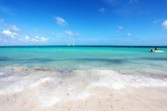 Tropikalna plaża z łodzią Fotografia Royalty Free
