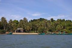 Tropikalna plaża z łodziami Zdjęcia Royalty Free