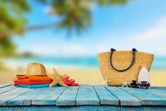 Tropikalna plaża z akcesoriami na drewnianych deskach, wakacje letni obrazy stock
