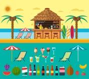 Tropikalna plaża z barem na plaży, wakacje na ciepłym piasku z jasną wodą Set egzot owoc i napoje Zdjęcia Royalty Free