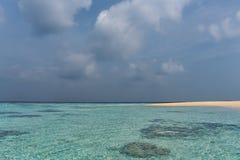 Tropikalna plaża z chmurnym niebem i jasny wodą Obraz Royalty Free