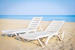 Tropikalna plaża z piaskiem i błękitny morze przy kurortem Słońc łóżka na morze plaży katya lata terytorium krasnodar wakacje Zdjęcie Royalty Free