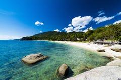 Tropikalna plaża i morze Zdjęcia Royalty Free