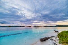 Tropikalna plaża, morze karaibskie, przejrzysta turkus woda, dalekie Togean wysp Togian wyspy, Sulawesi, Indonezja dramatyczny Obraz Stock