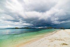 Tropikalna plaża, morze karaibskie, przejrzysta turkus woda, dalekie Togean wysp Togian wyspy, Sulawesi, Indonezja dramatyczny Obrazy Stock
