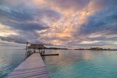 Tropikalna plaża, morze karaibskie, przejrzysta turkus woda, dalekie Togean wysp Togian wyspy, Sulawesi, Indonezja dramatyczny Fotografia Stock
