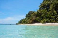 Tropikalna plaża od wody powierzchni w Panama Zdjęcia Royalty Free