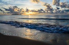 Tropikalna plaża przy zmierzchem zdjęcie royalty free