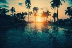 Tropikalna plaża z sylwetkowymi drzewkami palmowymi Zdjęcia Royalty Free