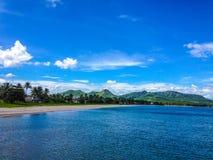 Tropikalna sceneria z błękitnym nawadnia i niebo Zdjęcia Royalty Free
