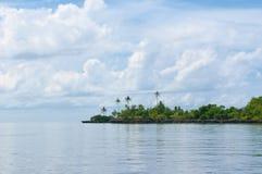 Tropikalna wyspa - morze niebo i drzewka palmowe, Zdjęcie Royalty Free