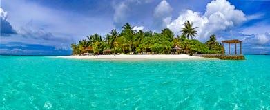 Tropikalna wyspa z białymi drzewkami palmowymi i piaskiem Fotografia Stock