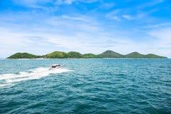 Tropikalna wyspy i prędkości łódź iść wyspa Zdjęcie Royalty Free