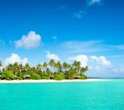 Tropikalna wyspy plaża z drzewkami palmowymi i chmurnym niebieskim niebem Zdjęcie Royalty Free