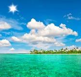 Tropikalna wyspy plaża z drzewkami palmowymi i niebieskim niebem Obrazy Royalty Free
