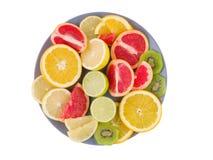 Tropikalne owoc kłamają w talerzu na białym odosobnionym tle na widok fotografia royalty free
