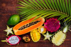 Tropikalne owoc na drewnianym tle obraz stock