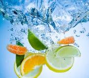 Tropikalne owoc spadają głęboko pod wodą obraz stock
