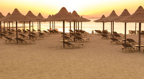 Tropikalne plażowe budy przy wschodem słońca Zdjęcie Stock