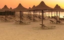 Tropikalne plażowe budy przy wschodem słońca Zdjęcie Royalty Free