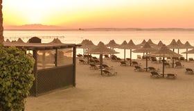 Tropikalne plażowe budy przy wschodem słońca Obraz Royalty Free