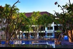 Tropikalne rośliny w ziemiach hotel, plaża i drzewa, Phra Ae plaża, Ko Lanta, Tajlandia Obraz Stock