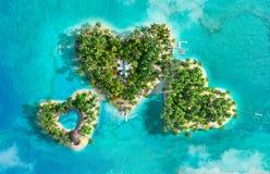 Tropikalne wyspy w postaci trzy serc obraz royalty free