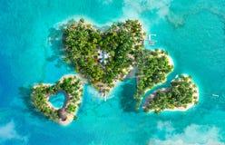 Tropikalne wyspy w postaci trzy serc Obrazy Royalty Free
