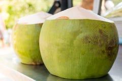 Tropikalnego Świeżego koksu przygotowany kokosowy sok obrazy stock