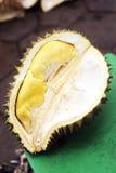 Tropikalnego egzota durian rżnięta owoc w kep Cambodia rynku Fotografia Royalty Free