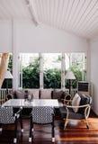 Tropikalnego nowożytnego plażowego domu białego brzmienia żywy izbowy wnętrze obrazy stock